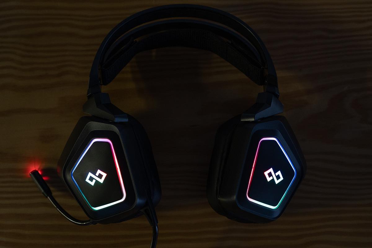 Infinity Saint - Tai nghe chơi game bình dân với LED RGB