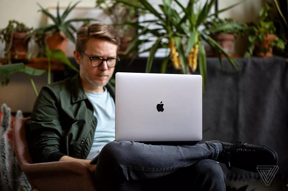 Apple Cảnh Báo Người Dùng Bỏ Miếng Che Webcam Khi Đóng Laptop